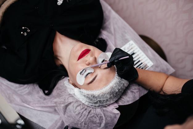 Procedure van wimpersuitbreiding in salon