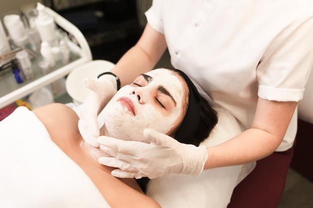 Procedure voor het aanbrengen van een hydraterend, voedend masker op het gezicht in een schoonheidssalon
