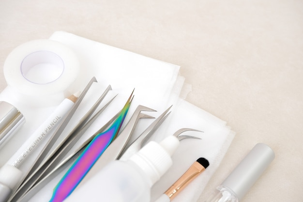 Procedure voor het verlengen van wimpers. hulpmiddelen. lijm, pincet, borstels. schoonheidssalon, mode en vrouw make-up concept