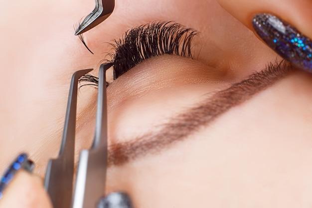 Procedure voor het verlengen van wimpers. vrouw oog met lange wimpers