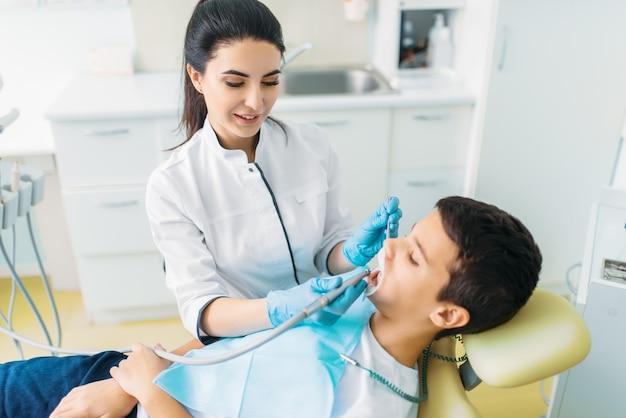 Procedure voor het verwijderen van cariës, pediatrische tandheelkunde