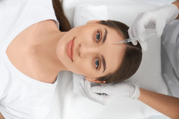 Procedure voor verbeteringen gezichtshuid in schoonheidsspecialiste Gratis Foto