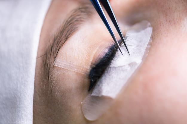 Procedure voor wimperverlenging. vrouw oog met lange wimpers. wimpers, close-up, macro, selectieve aandacht