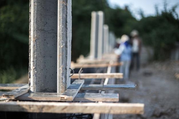Proces maken muur van cement poll op bouwplaats