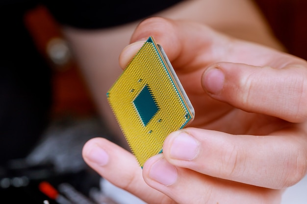 Proces met installatie van het aansluiten van de cpu op de processorvoet