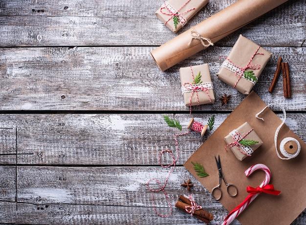 Proces om dozen met de giften van kerstmis in te pakken. bovenaanzicht