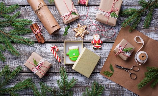 Proces om dozen met de giften van kerstmis in te pakken
