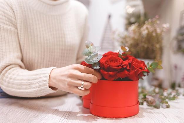 Proces om hoedendoos met bloemen te creëren