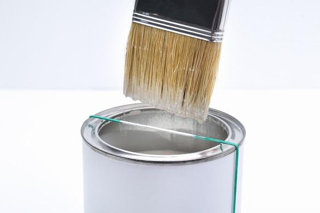 Proces om overtollige verf van een penseel te verwijderen
