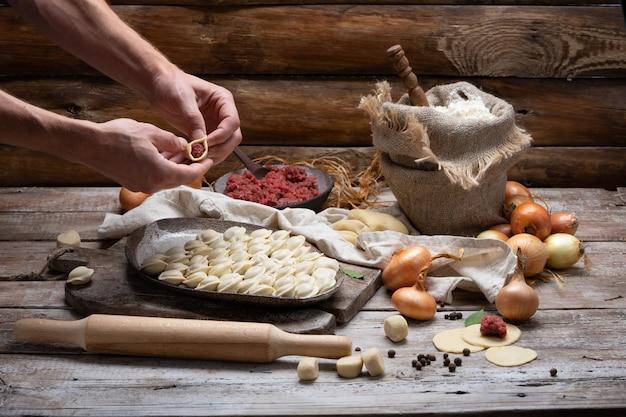 Proces om pelmeni, ravioli of knoedels met vlees te maken