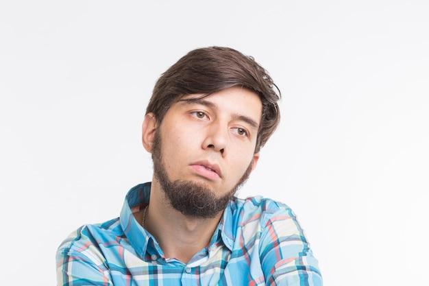 Proces, probleem, mensen concept - jonge man na te denken over probleem