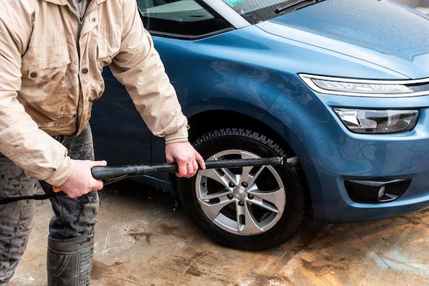 Proces van autowassen met water onder hoge druk.