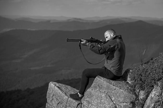 Proces van eendenjacht. amerikaanse jachtgeweren. jagen in amerika. jager met zijn geweer. jager