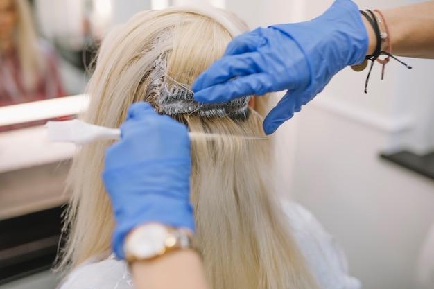 Proces van haarkleuring in kapsalon