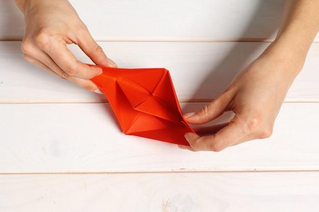 Proces van handbereide origami papier boot