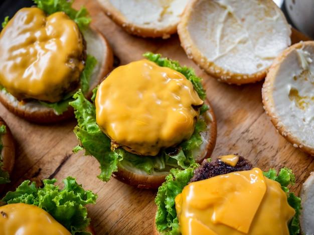 Proces van het maken van heerlijke zelfgemaakte hamburgers.