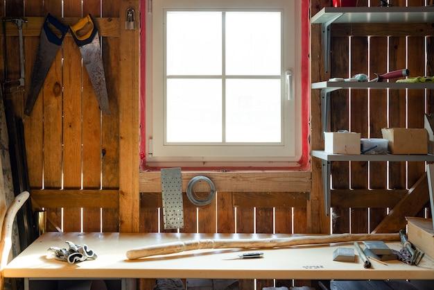 Proces van het maken van houten wandelstok binnenshuis in de schuur tijdens quarantaine