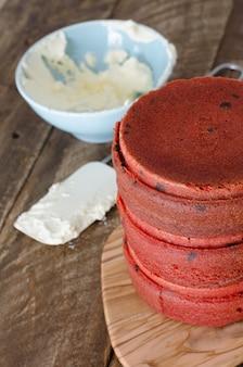 Proces van het maken van rode fluwelen cake
