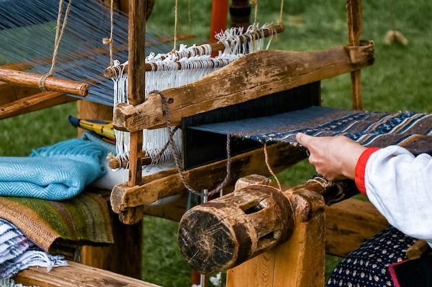 Proces van het maken van stof op een oud weefgetouw