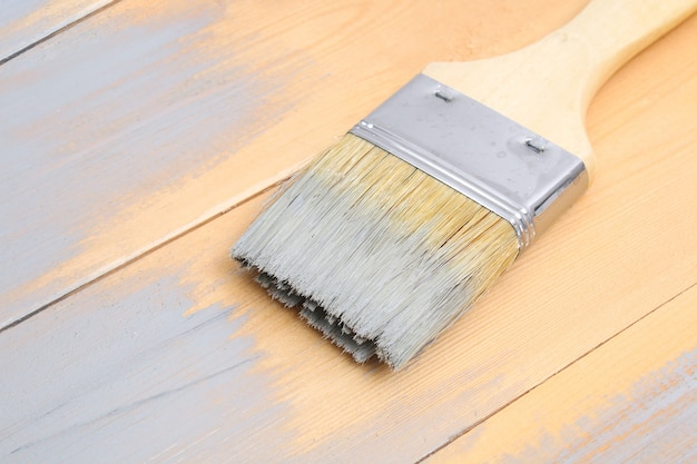 Proces van het schilderen van houten planken