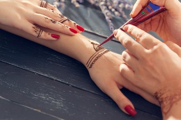Proces van het toepassen van mehndi op vrouwelijke handen