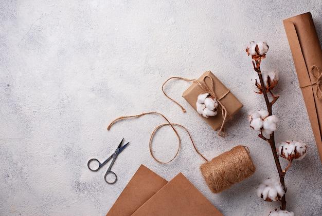 Proces van het verpakken van geschenken dozen in ambachtelijke papier.