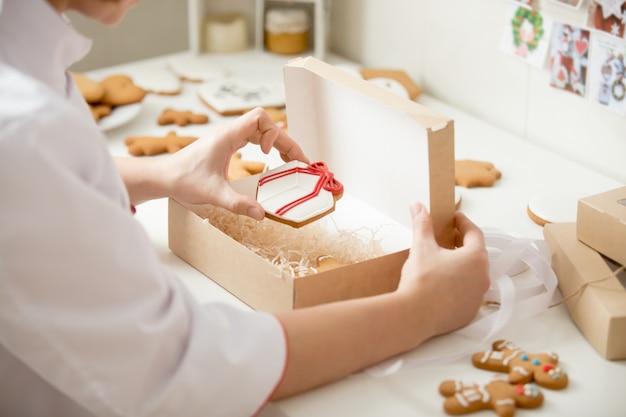 Proces van het verpakken van peperkoekkoekjes in een kraftbox
