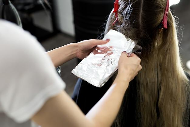 Proces van het verven van haar bij de schoonheidssalon