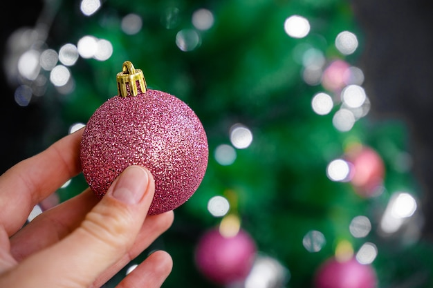 Proces van kerstboomdecoratie