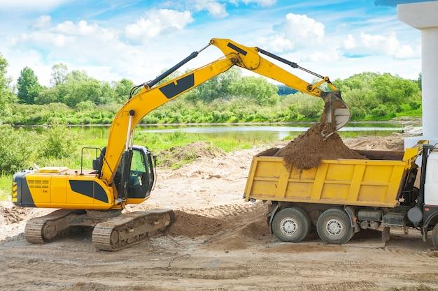 Proces van laden van zand door exkavator