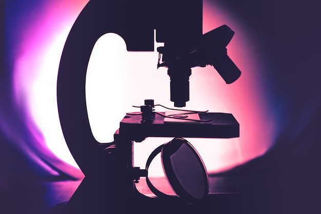 Proces van medisch onderzoek invitro onder een microscoop concept