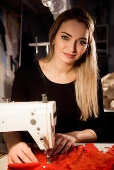 Proces van naaien in atelier of werkplaats. maatwerk en reparatie van kleding, zelfstandige.