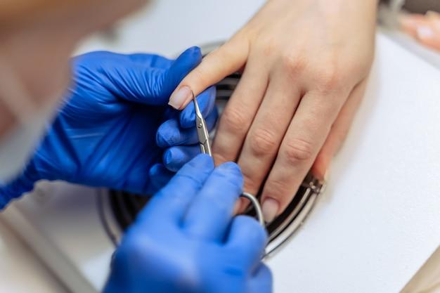 Proces van professionele vrouwelijke manicuremeester bij schoonheidssalon