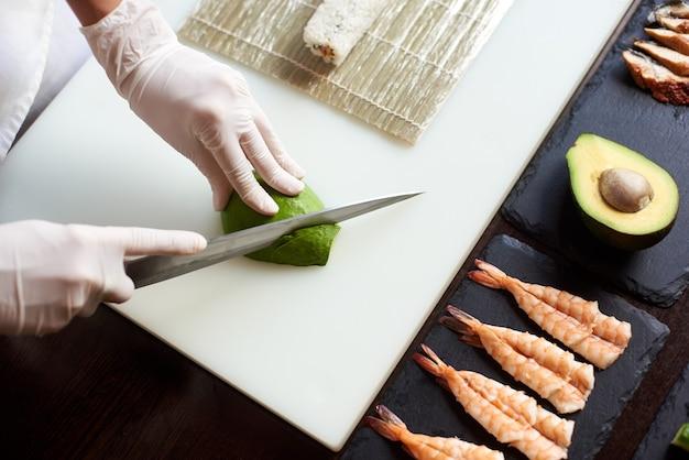 Proces voor het bereiden van heerlijke rollende sushi in restaurant