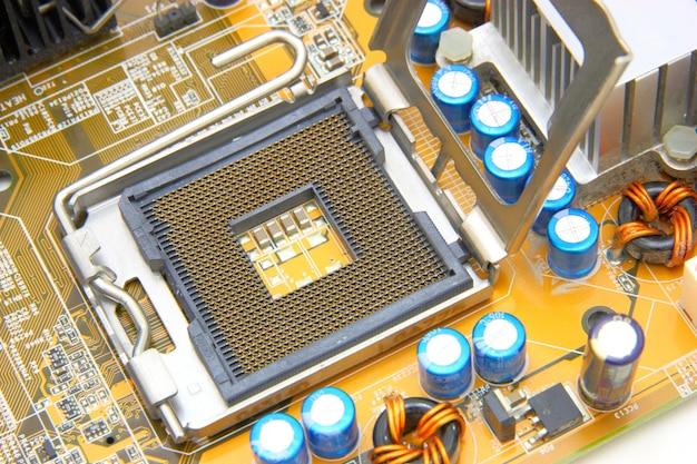 Processor op het gele moederbord van de computer