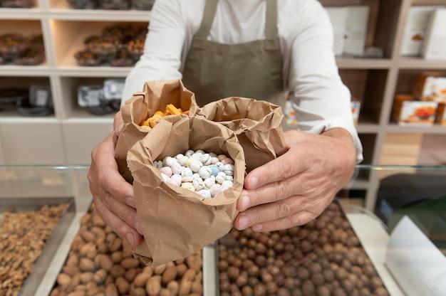 Producent in zijn winkel met verschillende goodies