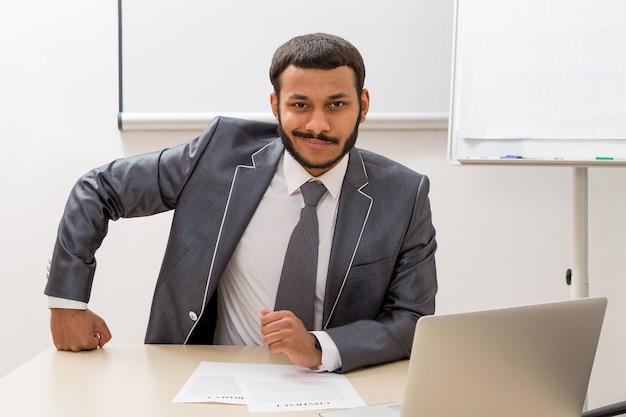 Producent zit in zijn kantoor zakenman in kantoor
