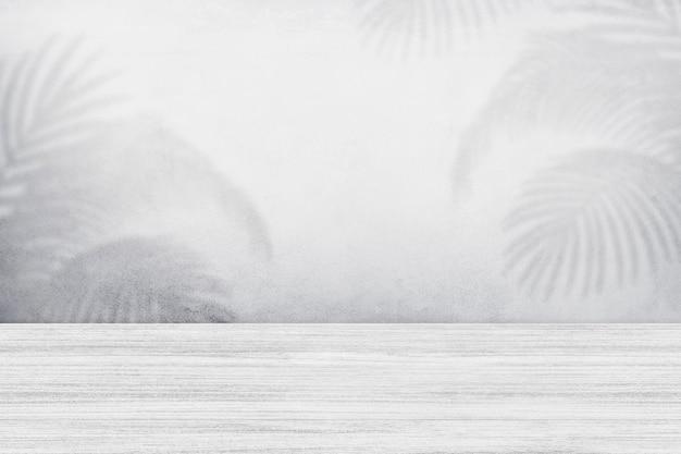 Productachtergrond, lege witte houten vloer, parkettextuur met tropische bladerenschaduw