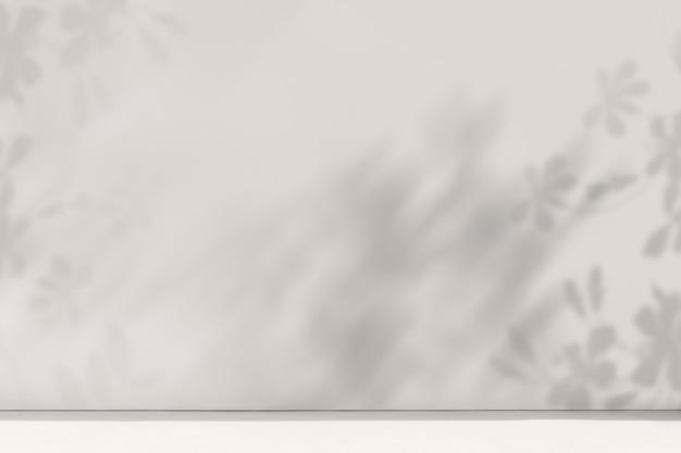Productachtergrond met lege witte ruimte en bloemenschaduw