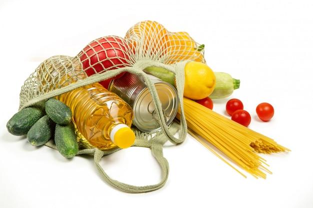 Producten in een string tas op een witte geïsoleerde achtergrond. het concept van groen winkelen en goede voeding. levering van producten. milieubescherming.