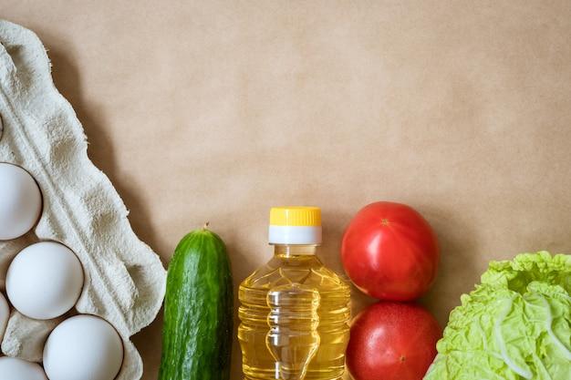 Producten liggen op de achtergrond, eieren, granen en groenten