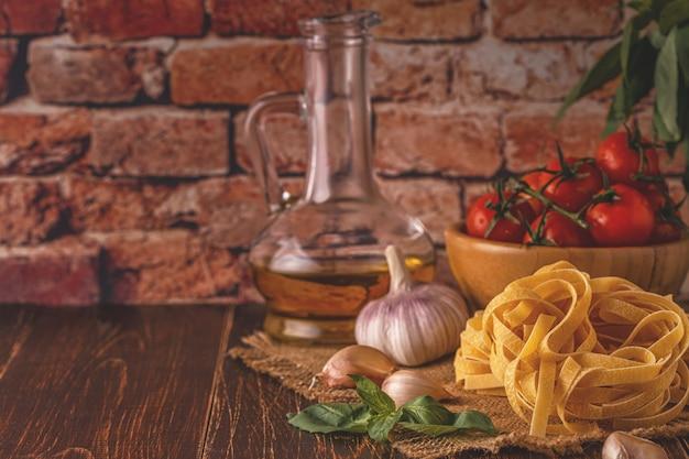 Producten om te koken - pasta, tomaten, knoflook, olijfolie en rode wijn