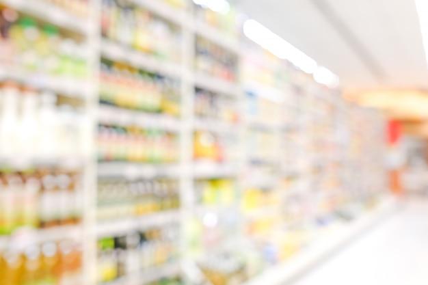 Producten op planken bij supermarkt achtergrond vervagen