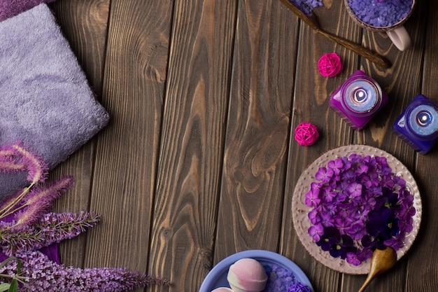 Producten voor lichaamsverzorging spa. ingrediënten voor zelfgemaakte zout scrub. prachtige spa-compositie.
