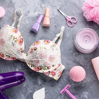 Producten voor persoonlijke verzorging, lingerie en cosmetica plat leggen. vrouw schoonheidsbehandeling concept, bovenaanzicht