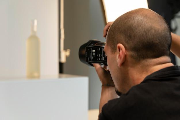 Productfotograaf doet zijn werk in de studio
