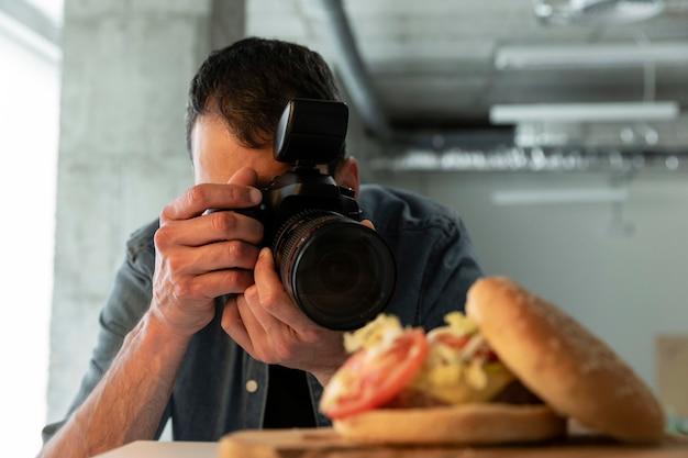 Productfotograaf met camera in studio