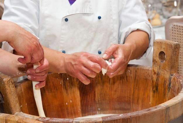 Productie handgemaakt vakmanschap van mozzarella
