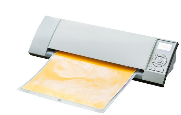 Productie maken sticker met plotter snijmachine op vinyl film reclame industrie diy ontwerp op witte achtergrond.