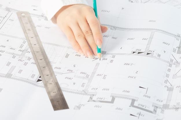 Productie van architectuur- en constructiemodellen op basis van blauwdrukken in een architecturale studio